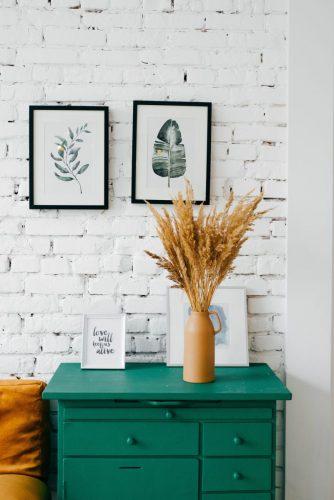 Muebles verdes y paredes blancas