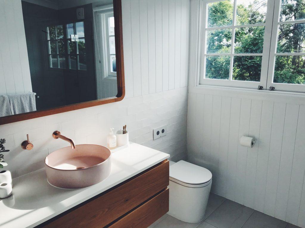 baño moderno con cisterna empotrada