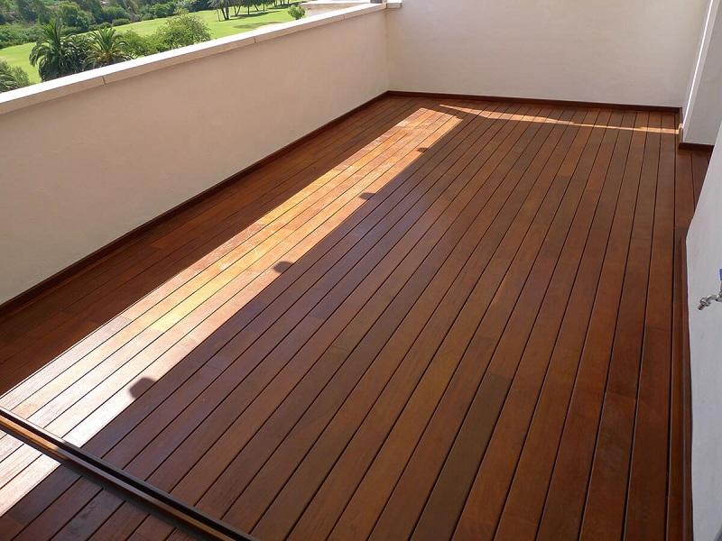 suelo exterior de madera natural